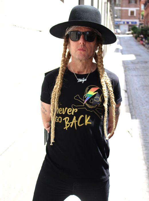 JuanPe con camiseta negra Pride